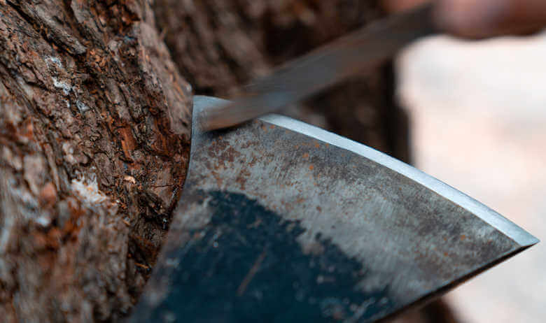How-to-sharpen-an-axe with file